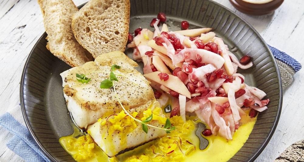 Stekt torsk med safransaus og eple- og fennikelsalat