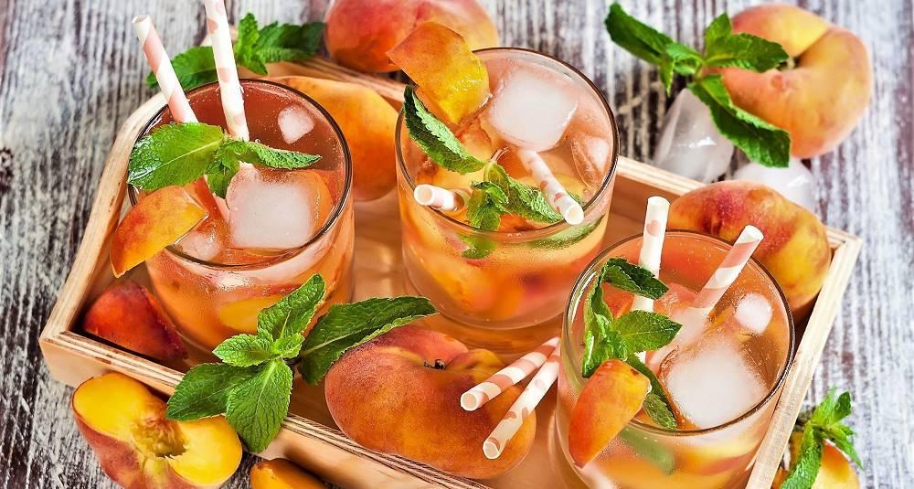 By på en tropisk fruktig og leskende drink på årets lyseste kveld