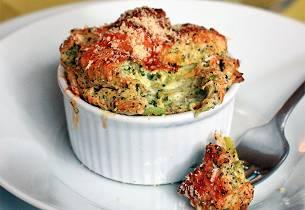 Pastagrateng med broccoli og tomat