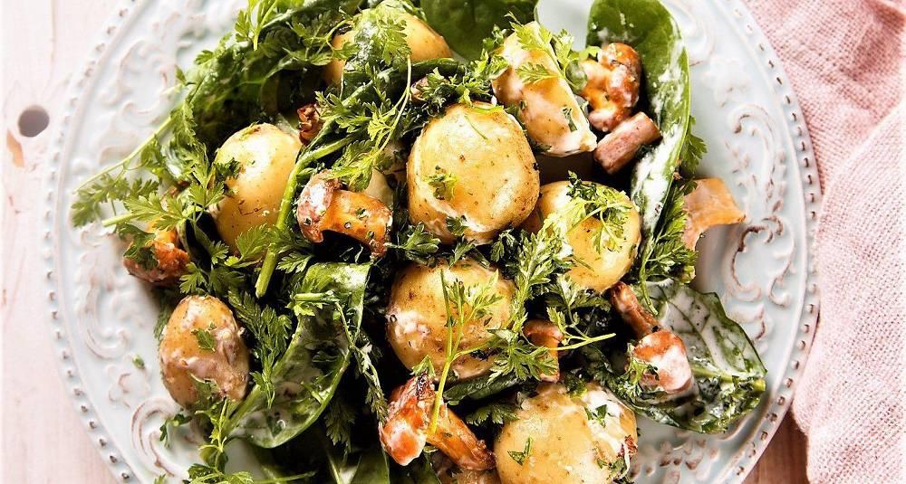 Salat med nypotet, blomkål, sukkererter, spinat og kapersvinaigrette