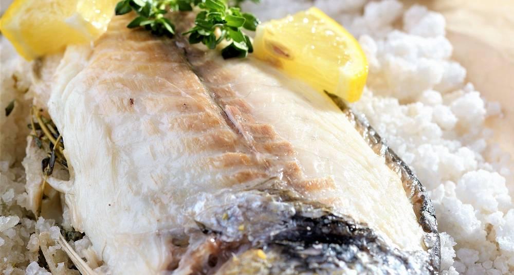 Gjør som i Frankrike, bak fisken med salt. Det smaker himmelsk