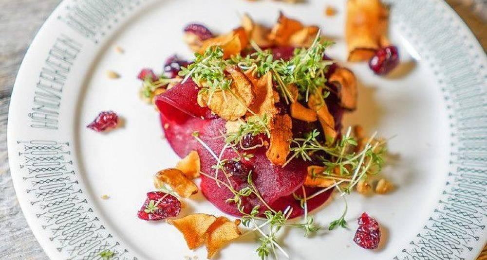 Rødbete ravioli med karamelliserte valnøtter, Rosalita-ost og tranebær