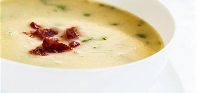 Varm potetsuppe med chorizopølse