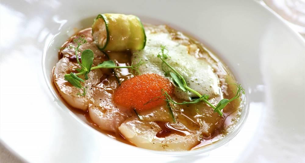 Kveitesashimi med syltet agurk fylt med tartar, løyrom, sirup av soppsoya og engsyresorbet