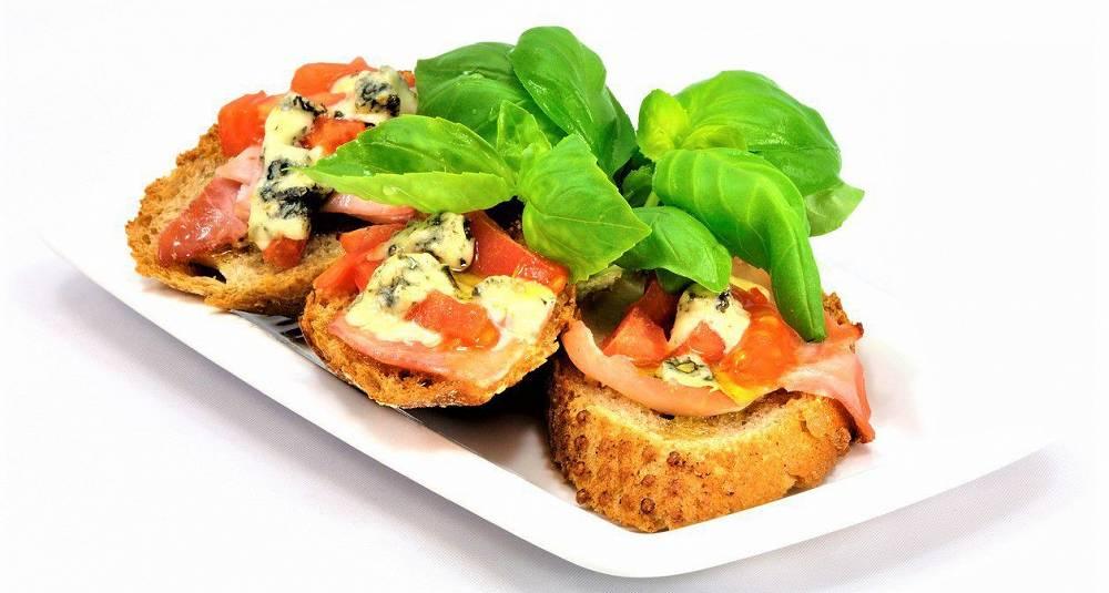 Bruschetta med parmaskinke, gorgonzola og soltørkede tomater