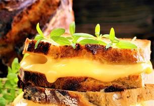 Ostegratinert brød