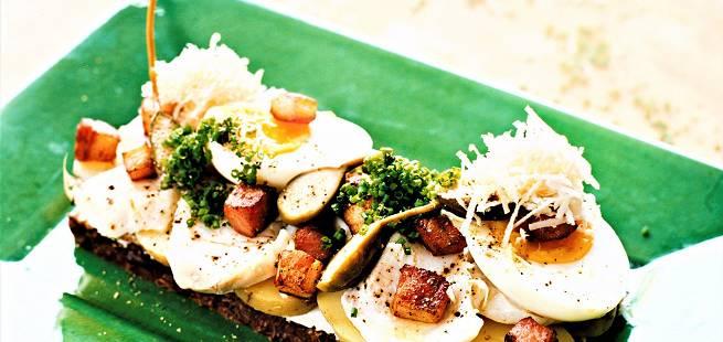 Torsk på rugbrød med egg og sideflesk