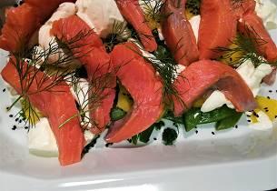Rakefisk med geitostkrem gule beter, sukkererter, dill og svarte sesamfrø