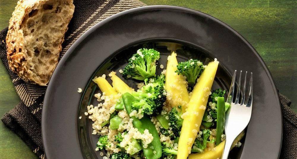 Quinoasalat med sukkererter, mango og brokkoli