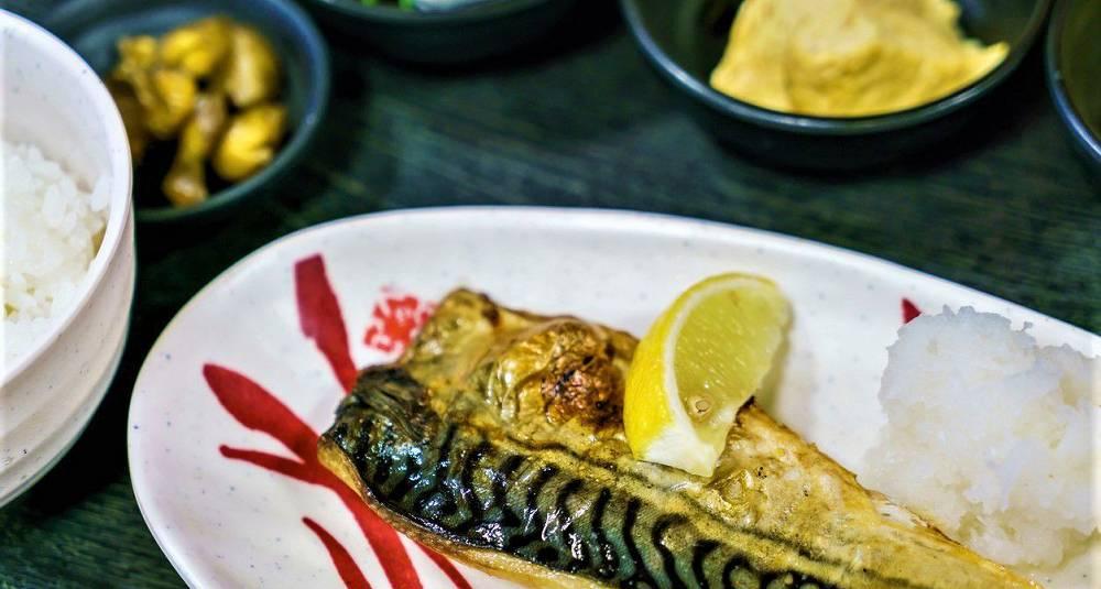 Japaninspirert marinert grillet makrell med marinert tofu og reddiksalat
