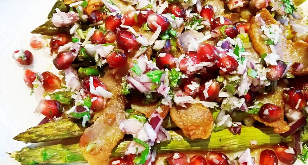 Asparges bakt med pancetta og granatepletopping