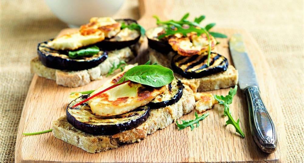 Sandwich med grillet aubergine og halloumi på hummus
