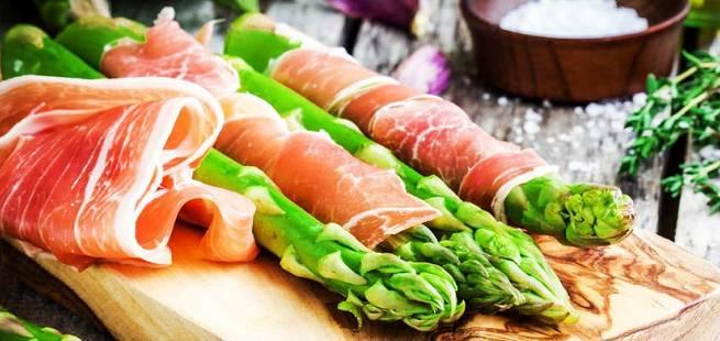 Asparges og parmesanost i spekeskinke