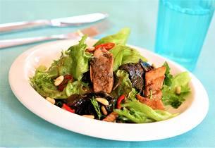 Wok med salat og krydret varm fersk sild