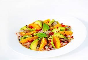 Ceviche av sei med appelsin avocado og chili