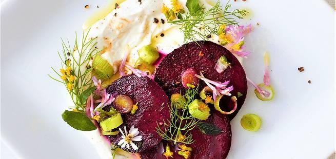 Marinerte rødbeter med rømme, purre, fennikel og spiselige blomster