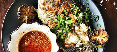 Helstekt fisk med saus som kicker er det som gjelder i dag