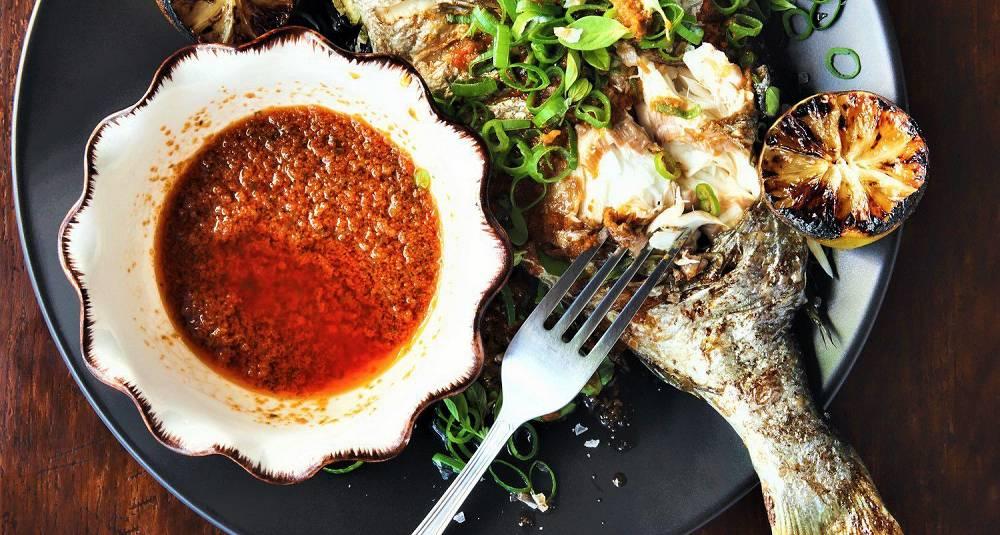 Helstekt dorade med chilisaus, vårløk og grillet sitron