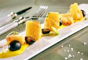 Frityrstekt camembert med mangosaus og druer