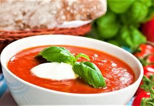 Yoghurtkremet tomatsuppe med basilikum