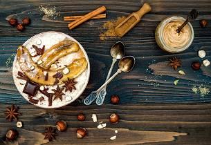 Chaigrøt med karamelisert banan og tahini