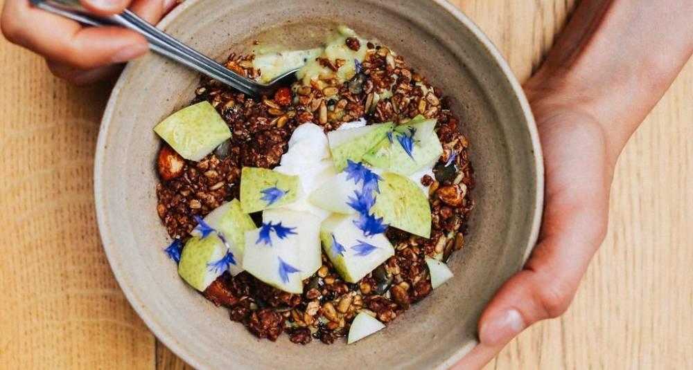 Krydret havregrøt med pære og granola