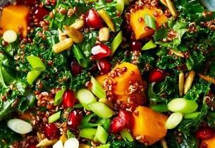 Grønnkålsalat med søtpotet og granateple