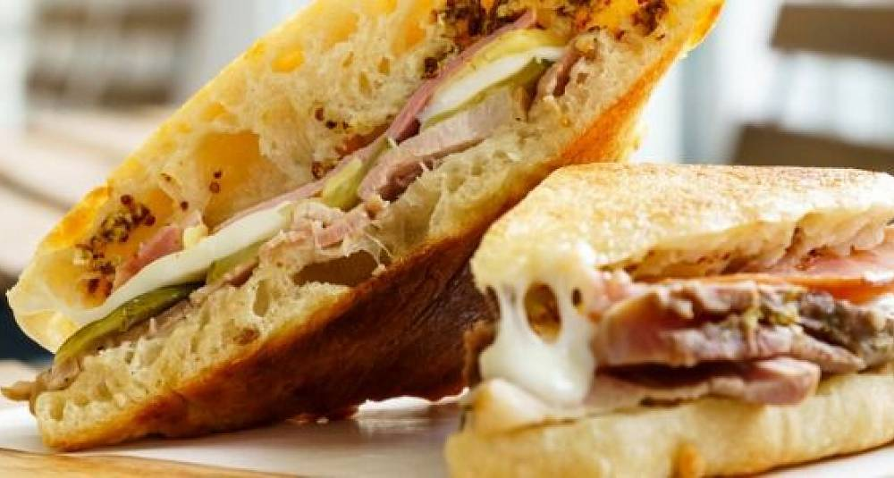 Cubano sandwich med svineribbe