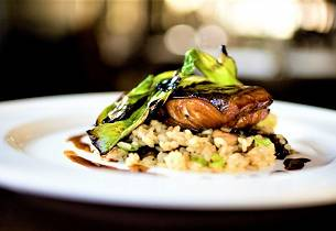 Miso- og soyamarinert torsk med stekt kål og sopp