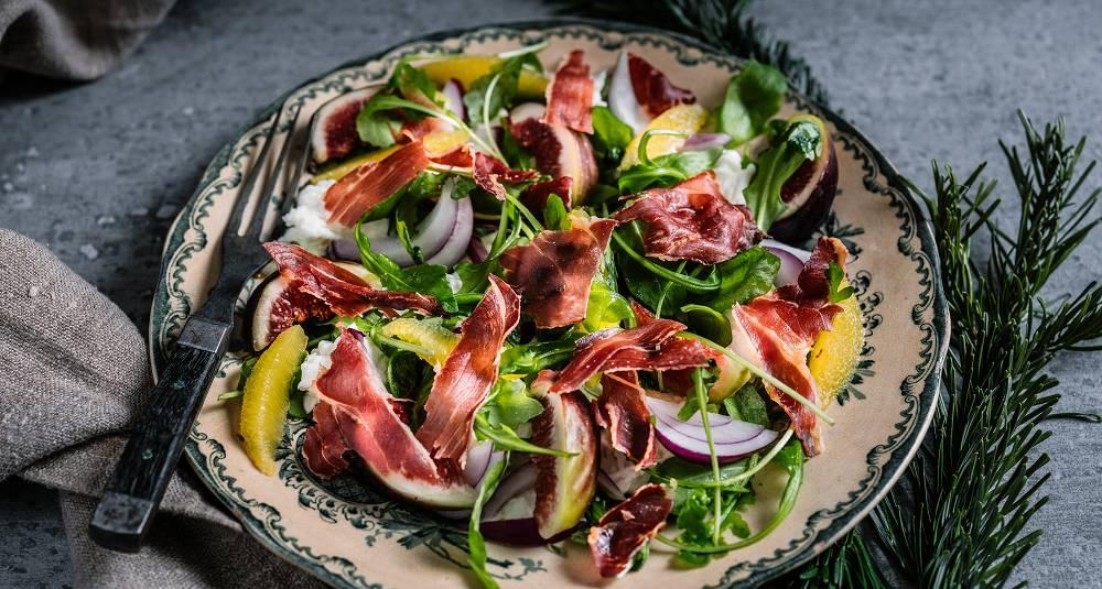 Salat med sprø parmaskinke, fiken- og klementindressing