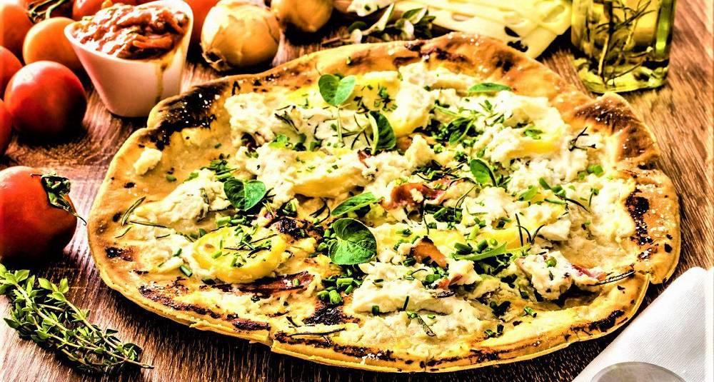 Pizza bianca med bacon, potet, urter og Snøfrisk