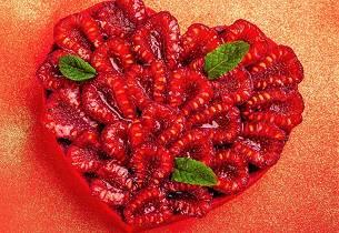 Hjertekake med vaniljekrem og bringebær