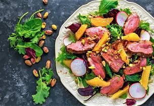 Salat med andebryst, appelsin, reddik og pistasjnøtter