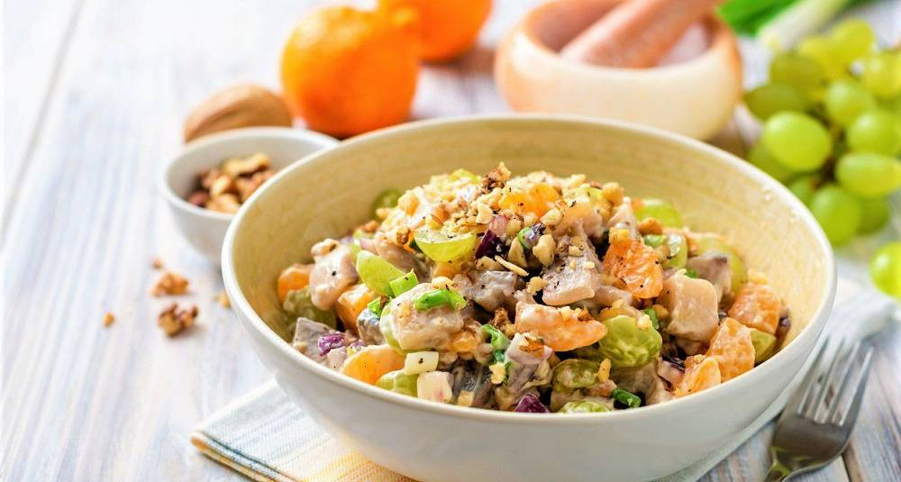Sildesalat med appelsin, druer, vårløk og valnøtter