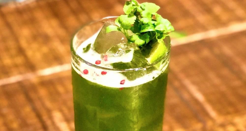 Bak den vårlig grønne fargen finner du en drink som sparker fra