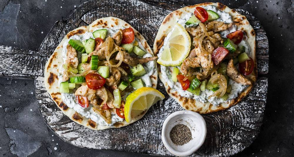 Gyros er grekernes svar på rullekebab og er det perfekte tilskuddet til helgekosen