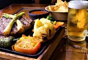 T-ben stek med bakte poteter T-bone steak with baked potatoes), USA