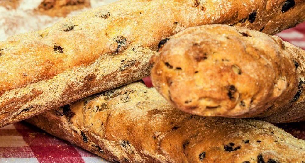 Brød med tomat og oliven