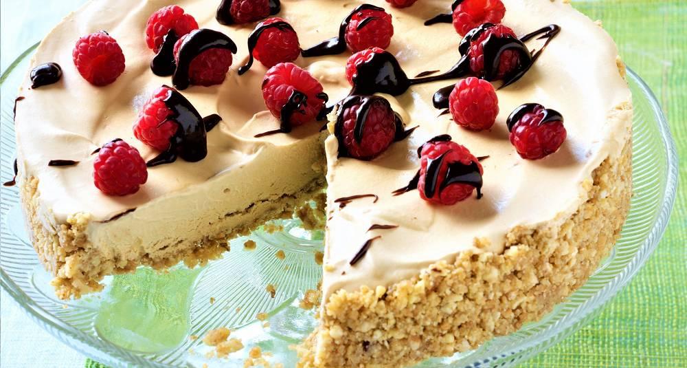 Mokkaiskake med bær og sjokoladesaus