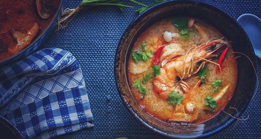 Drøm deg bort til sommervarmen med denne smaksrike thaisuppen