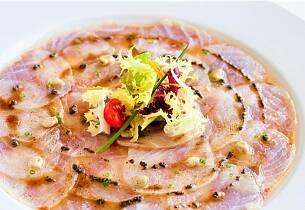 Råmarinert fisk er den perfekte middagsløsningen når det er sommer og varmt