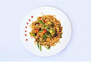 Kylling med nudler og wokgrønnsaker
