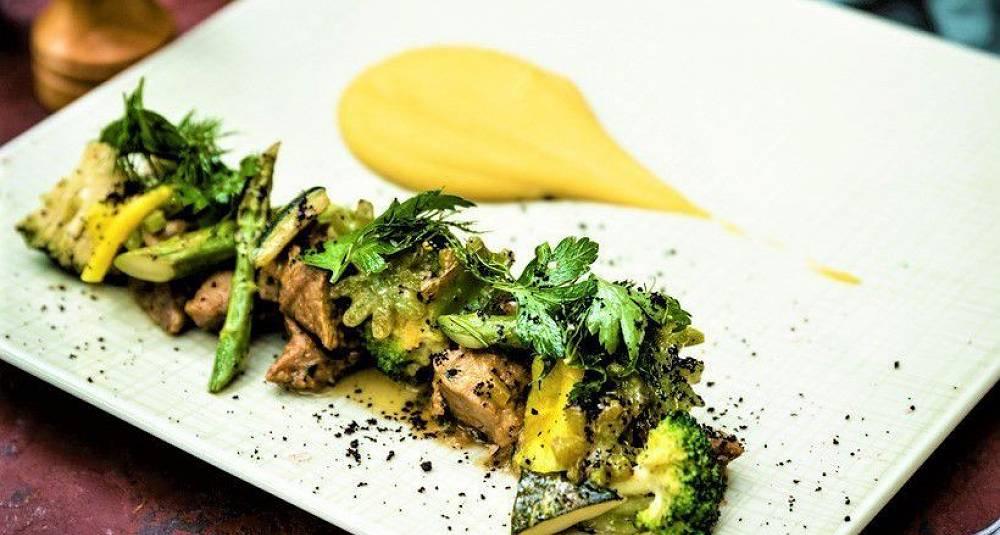 Grillet salat med kalv, brokkoli, squash og mangomajones