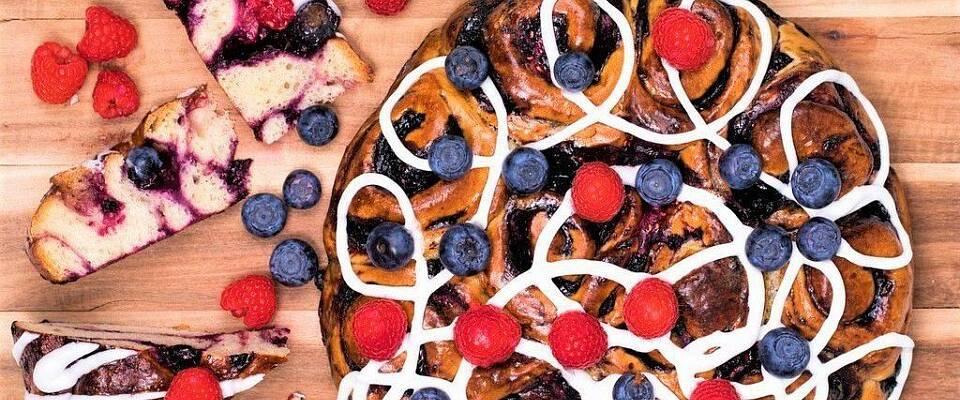 Når bollekaken får smak av sommerens bær, blir den enda mer uimotståelig