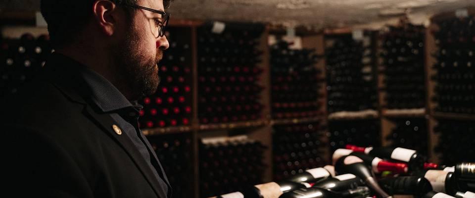 Han styrer Norges aller største vinkjeller - og du kan få både en titt og smak på godsakene