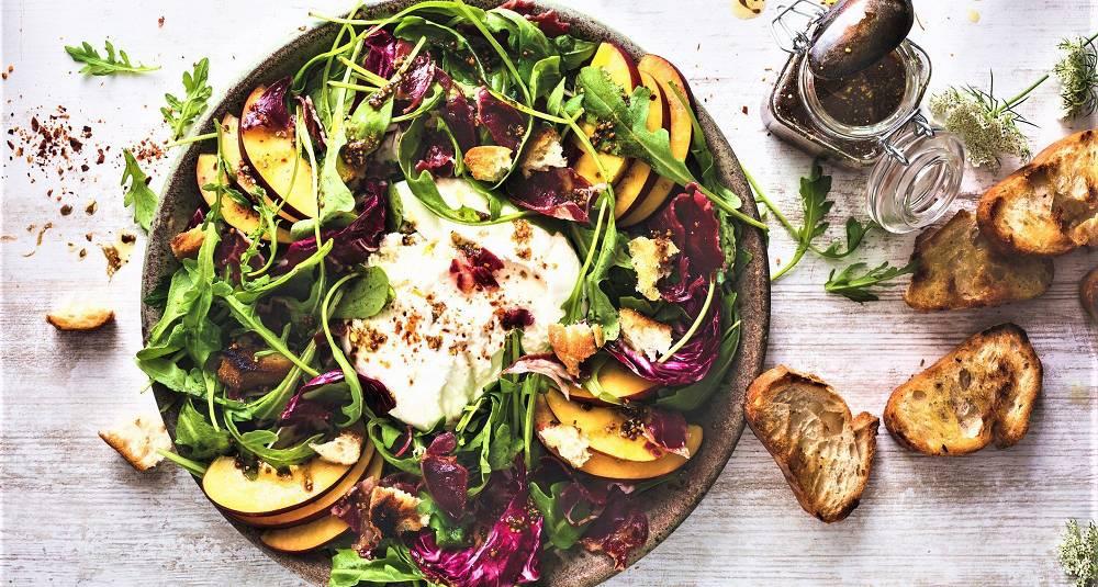 Salat med burrata og fersken