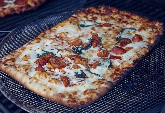 Pizza smaker aller best på grillen