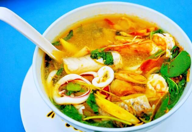 Det er rekeskallet som gir denne suppen smakskraft - chilien leker i bakgrunnen