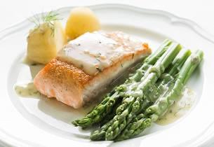 Grillet laks med asparges og sennepsmousseline