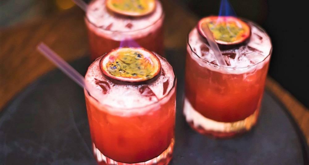 Knickerbocker Cocktail med flambert pasjonsfrukt